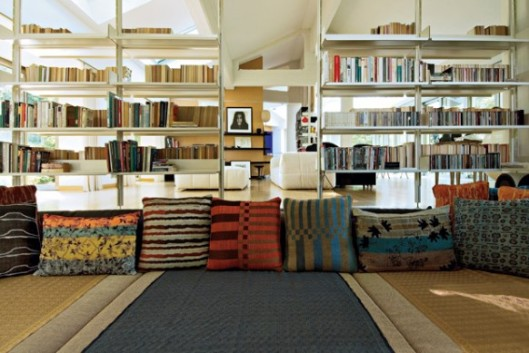 Plenty of room for lolling about and reading together. From home-designing.com